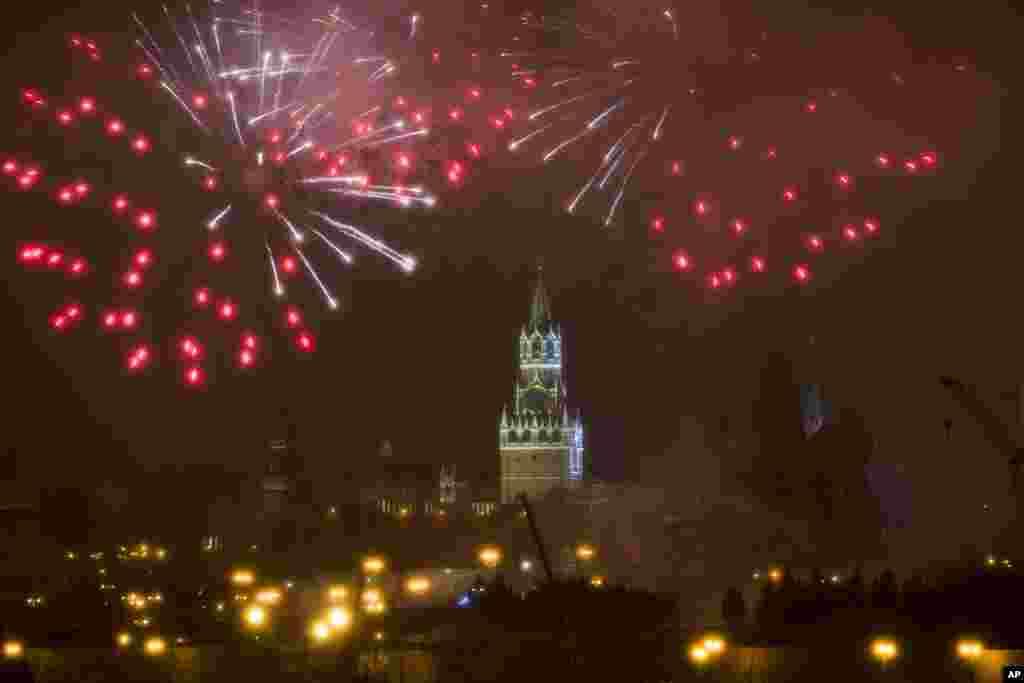 Fuegos artificiales sobre el Kremlin, durante la celebración del Año Nuevo en Moscú, Rusia. La víspera de Año Nuevo es el día de fiesta más importante de Rusia. (Foto AP)