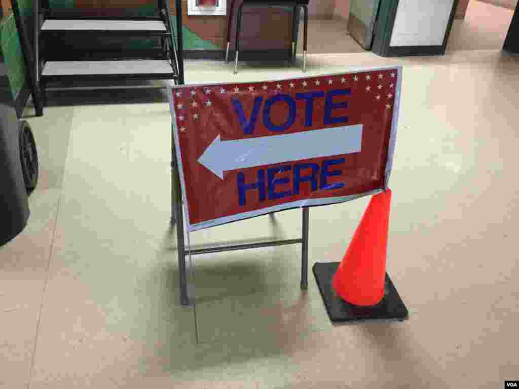 新罕布什尔州南部一个选区的选民在投票站选举美国总统候选人 (龚小夏拍摄 2016年2月9日)