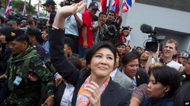 Thủ tướng Thái Lan Yingluck Shinawatra vẫy chào người ủng hộ bên tại Bangkok, ngày 7/5/2014.