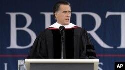 Mitt Romney habló en una graduación de universitarios en la Universidad Liberty, en Virginia.