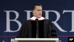 Calon Presiden dari partai Republik, Mitt Romney saat memberikan pidato pada acara wisuda di Universitas Liberty, Virginia (12/5).