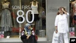 伊斯坦布尔一家服装店门前