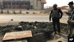 Một người lính cùng với lực lượng chống khủng bố tinh nhuệ của Iraq kiểm tra một đường hầm được đào bởi các chiến binh Hồi giáo ở bang Bartella, Iraq, ngày 27 tháng 10 năm 2016. Các thị trấn của Bartella nằm ở miền bắc Iraq, khoảng 20 km về phía đông của thành phố Mosul.