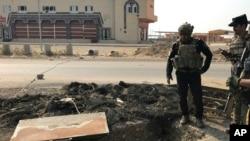 2016年10月27日,伊拉克精銳反恐部隊士兵在巴特拉查看伊斯蘭國武裝分子建造的隧道。巴特拉鎮在伊拉克北部,位於摩蘇爾以東大約20公里。