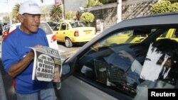 """Un """"canillita"""" ofrece periódicos en Quito, en una foto de archivo. El gobierno ecuatoriano ha interpuesto un proceso judicial en contra del diario Hoy, el cual es condenado por la SIP."""
