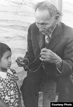 Nicholas Black Elk teaching an unidentified child the rosary, ca. 1940. (Courtesy Red Cloud Indian School and Marquette University. Holy Rosary Mission)