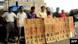 中國毒疫苗家長在北京衛生部請願。(2010年7月10日資料照片)