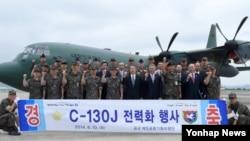 한국 공군이 10일 부산 제5공중기동비행단에서 'C-130J 전력화 행사'를 진행했다고 전했다. 최차규 공군참모총장(앞줄 왼쪽 다섯째)과 행사에 참석한 주요내빈들이 C-130J 수송기 앞에서 기념 촬영을 하고 있다.