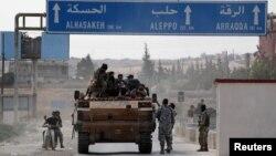 14일 터키의 지원을 받는 시리아 반군들이 접경 도시 텔아비아드에서 이동하고 있다.