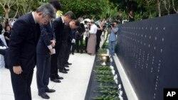 Các thành viên gia đình của những nạn nhân Nam Triều Tiên thiệt mạng trong vụ ám sát năm 1983 tại lễ khánh thành đài kỷ niệm ở Yangon, Myanmar, 6/6/2014.