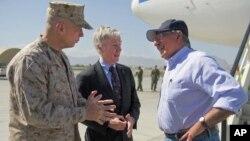 Amerika Savunma Bakanı Afganistan'da NATO kuvvetleri komutanı ve Amerikan Büyükelçisiyle