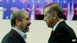 Rêberê Hemasê Xalid Mişel (çep) û serokwezîrê Tirkîyê Erdogan.