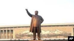 김일성의 거대 동상에 참배를 하는 북한인들 (자료사진)