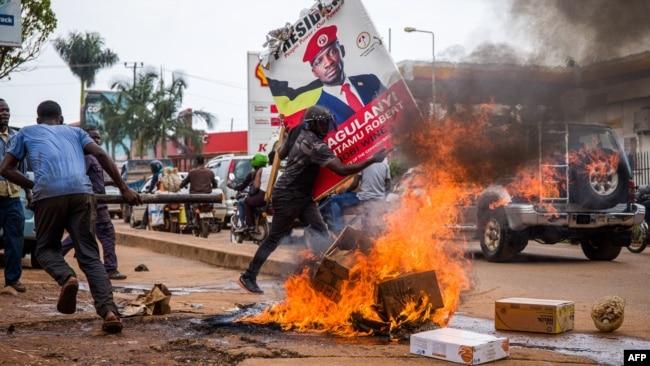 乌干达民众11月18日抗议反对派总统候选人柏比·瓦恩被捕。