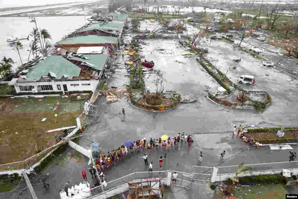 طاقتور ترین سمندری طوفان نے فلپائن میں مٹی کے تودے گرنے کے علاوہ عمارتوں کو نقصان پہنچانے کا سبب بھی بنا ہے۔