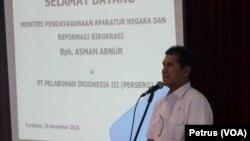 Menteri Pendayagunaan Aparatur Negara dan Reformasi Birokrasi, Asman Abnur, mengunjungi Pelabuhan Tanjung Perak terkait dwelling time (Foto: VOA/Petrus Riski).