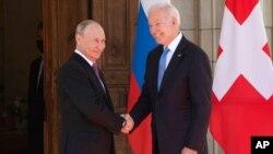 Prezida Joe Biden na Vladimir Putin basuhuzanya mbere y'ibiganiro i Geneve mu Busuwisi tariki ya 16/6/2021.(AP)