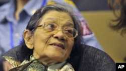 Bà Ieng Thirith trong một buổi điều trần tại Phnom Penh, 19/10/2011.