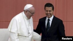 Pope Francis (L) and Mexico's President Enrique Pena Nieto participate in a ceremony at the National Palace in Mexico City, Feb. 13, 2016.