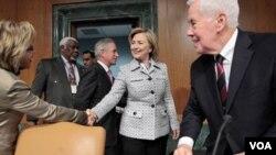 Clinton dijo en sus declaraciones que si se comprueba que Venezuela está violando las restricciones impuestas a Irán, Estados Unidos tendría que tomar acción.
