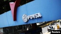 Foto de archivo. El logo de la petrolera estatal PDVSA en una estación de gasolina en Caracas, Venezuela Mayo 17, 2019. REUTERS/Ivan Alvarado.