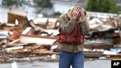 Brian Hajeski, de Brick, Nueva Jersey, se lamenta de ver lo que quedó de su casa en Mantoloking Bridge, la mañana después de la supertormenta Sandy.