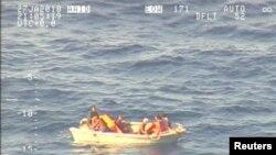 新西兰国防军发布的太平洋中部岛国基里巴斯一艘沉没轮渡的幸存者。(2018年1月27日)