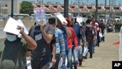 미국 국경 수비대가 25일 중남미 출신 망명 신청자들을 멕시코에서 대기하도록 돌려보내고 있다.