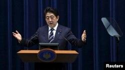 일본 참의원이 29일 2016 회계연도 예산안을 가결한 뒤 아베 신조 일본 총리가 관저에서 기자회견을 하고 있다.