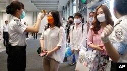 2015年6月5日人們在南韓釜山機場被測溫檢查可能攜帶中東呼吸綜合症。