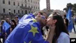 Демонстранти цілують одне одного, поки готуються взяти участь у демонстрації на підтримку Європейського Союзу в Римі в суботу, 25 березня 2017 року. У цей день лідери ЄС зібралися в Римі, щоб відзначити 60-ту річницю блоку.