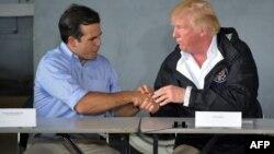 Trump assiste à une réunion avec le gouverneur de Porto Rico, Ricardo Rossello, après son arrivée à la base de la garde nationale aérienne Luis Muñiz, à Porto Rico, le 3 octobre 2017.