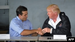 Octubre 3, 2017 - El presidente Donald Trump estrecha la mano del gobernador de Puerto Rico, Ricardo Rosselló.