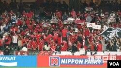 香港足球迷在香港隊與黎巴嫩隊比賽時噓哄中國國歌。(資料照片)