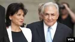 Mantan Kepala IMF, Dominique Strauss-Kahn (kanan) bersama isterinya Anne Sinclair setelah menghadiri sidang peradilan di New York.