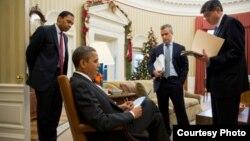 奥巴马12月17日和预算管理局代理局长(中间站立者)等高级顾问谈工作