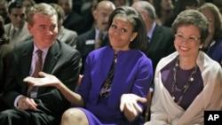La primera dama Michelle Obama reacciona al pedido de disculpas de su esposo por no celebrar el día miércoles su aniversario de bodas, durante el debate del miércoles en Colorado.
