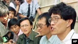 侯德健(右)和他的同伴1989年6月2日在天安门广场举行绝食前向媒体发表讲话