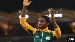 Caster Semenya après avoir décroché la médaille d'or à la finale du 800 m féminin des Jeux du Commonwealth sur la Gold Coast, 13 avril 2018.