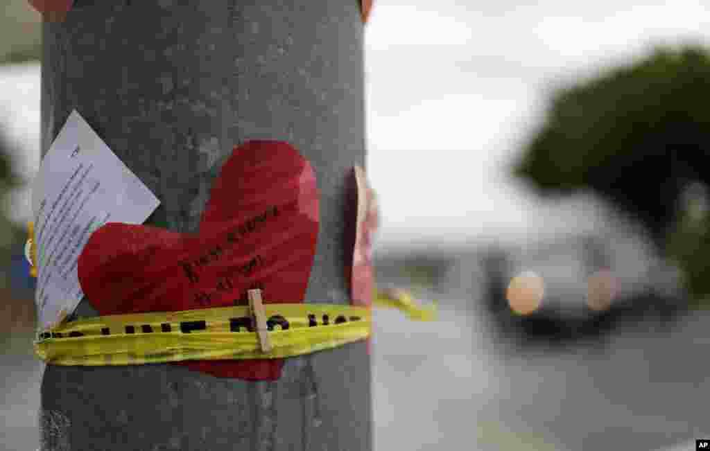 بعد از تیراندازی در کنیسه در کالیفرنیا، این یادگاری روی ستونی گذاشته شده است. در این تیراندازی یک نفر کشته و سه نفر زخمی شدند.