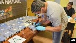 Polisi Argentina memeriksa paket kokain yang dikirim ke kedutaan besar Rusia di Buenos Aires.