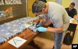 Un policía argentino abre un paquete de cocaína encontrado en un anexo de la Embajada de Rusia en Buenos Aires. La foto, tomada el 14 de diciembre de 2016, fue proporcionada por el Ministerio de Seguridad de Argentina el 22 de febrero de 2018.