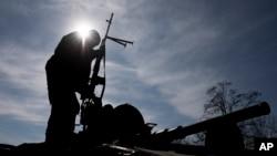 Un soldado ucraniano vigila desde un vehículo militar cerca de Artemivsk, en el este de Ucrania.