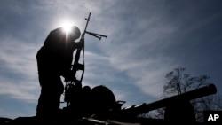 یک سرباز اوکراینی بر روی یک تانک ارتشی در حومه شهر آرتمیفسک در شرق اوکراین - ۴ اسفند ۱۳۹۳