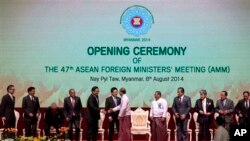 第47届东盟外长会议上缅甸总统吴登盛和各国外长握手