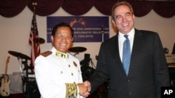 Cambodian Ambassador Hem Heng shakes hand with US Assistant Secretary of State Kurt Campbell, (file photo).