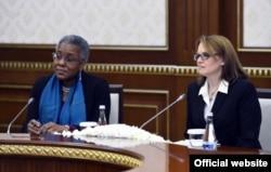AQSh elchisi Pamela Spratlen va Oq uy rasmiysi Liza Kurtis Prezident Shavkat Mirziyoyev bilan uchrashuvda, noyabr, 2017