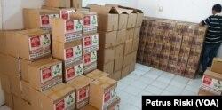 Sejumlah paket sembako sumbangan dari berbagai pihak di Posko Saling Jaga, siap dibagikan kepada warga terdampak ekonomi akibat corona. (Foto: VOA/Petrus Riski)