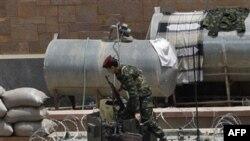 Бронетранспортер армии Йемена стоит на охране здания Центрального Банка страны. Сана. 26 марта 2011 года