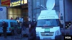莫斯科市中心消息报大楼前的今日俄罗斯电视台转播车。